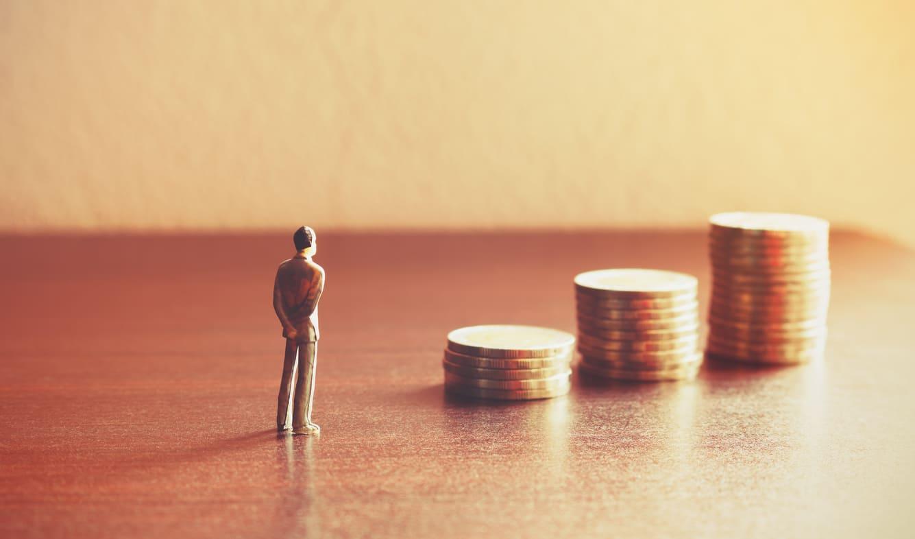 コインと男性の人形