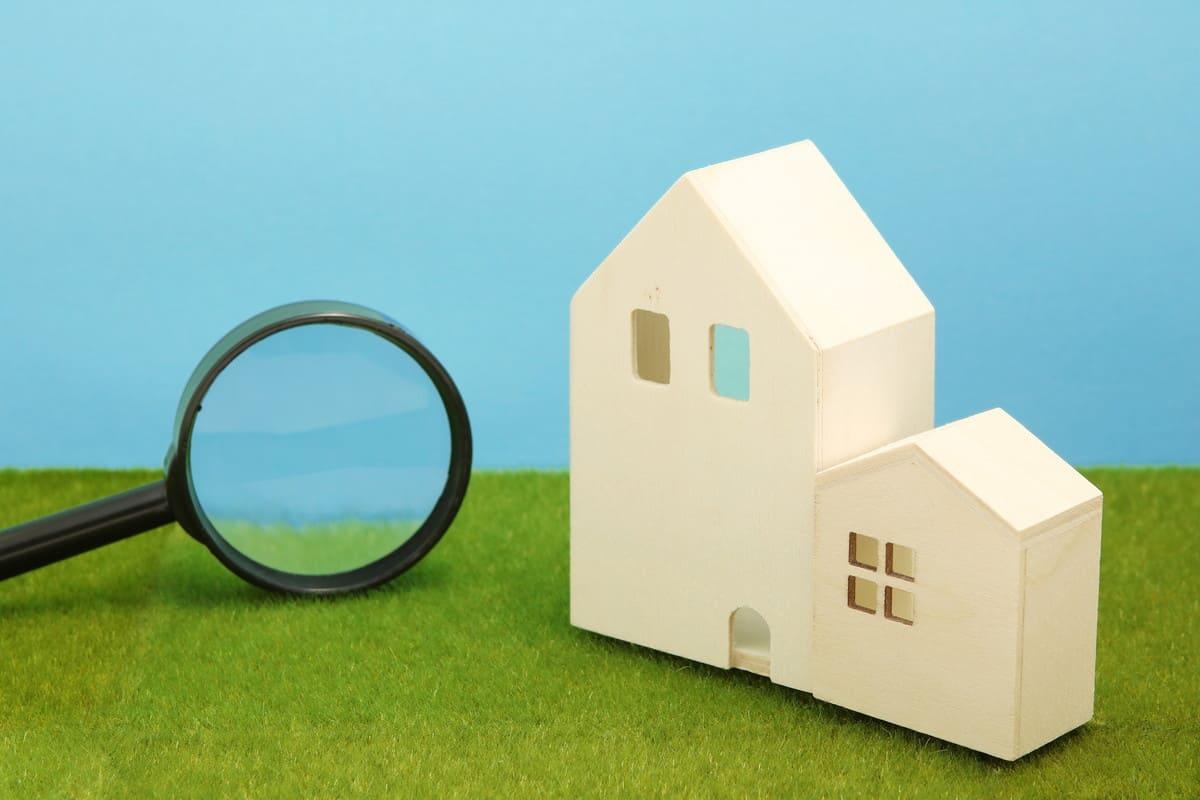 人工芝の上にある家の積み木