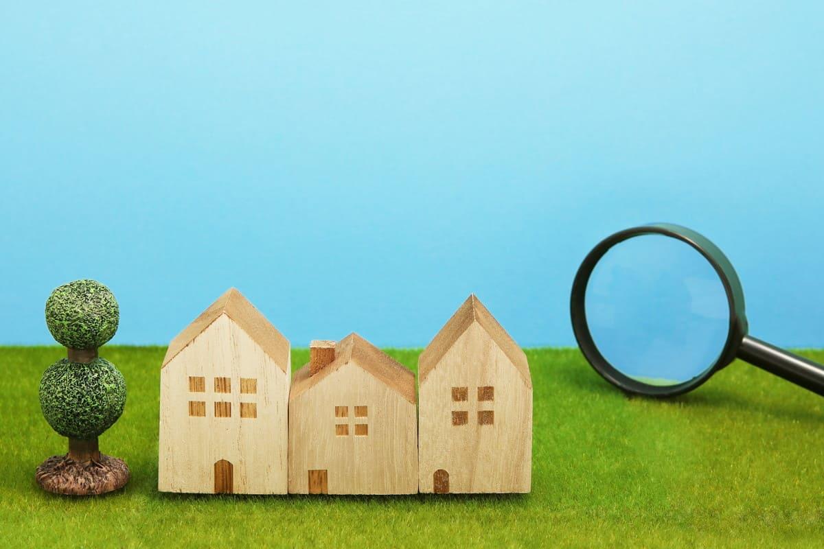 家の積み木と虫メガネ